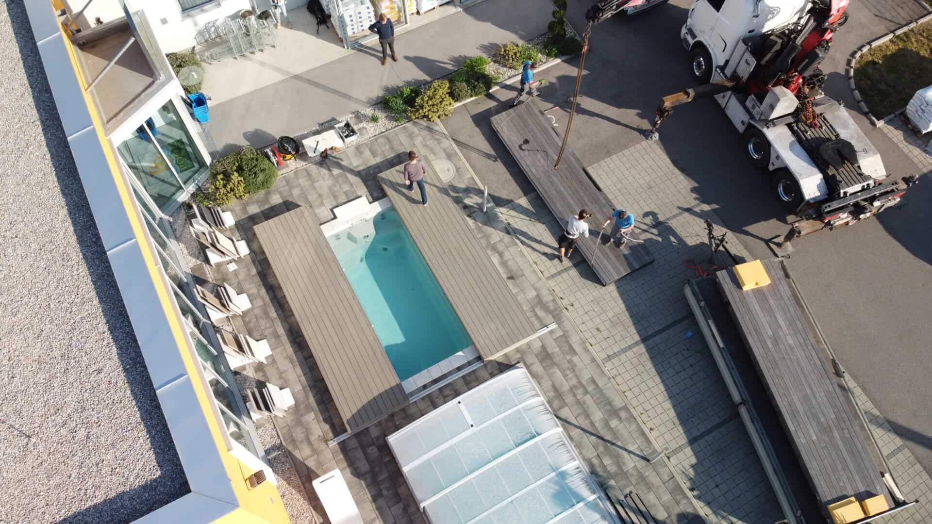 drohnenblick auf pool